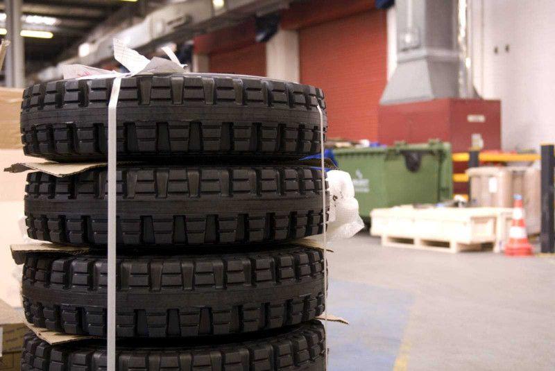 Wir bieten Ihnen Gabelstaplerreifen für verschiedensten Anforderungen wie den<br>Innen-, Außen- und Geländeeinsatz.<br>Außerdem montieren wir Ihren Staplerreifen deutschlandweit mit unserer Mobilen Reifenpresse.<br><br>Eine Auswahl unserer Reifen finden Sie im Katalog.